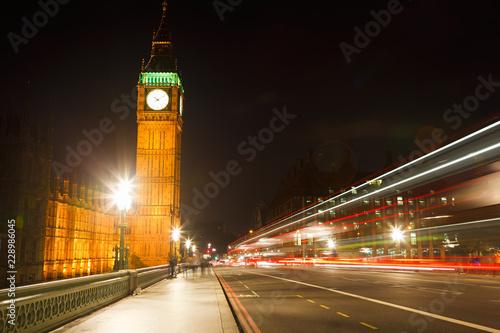 Foto  Traffic in night London, UK