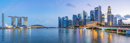 La pose en embrasure Singapoure Singapore financial district skyline at Marina bay on twilight time, Singapore city, South east asia.