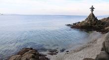 蒲郡 竹島の波打ち際と石灯籠