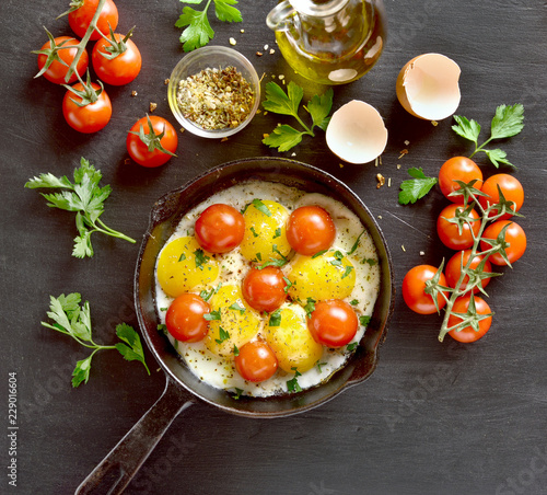Foto op Plexiglas Gebakken Eieren Fried eggs with tomatoes in frying pan