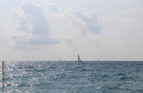 Praticare windsurf in un paesaggio da favola