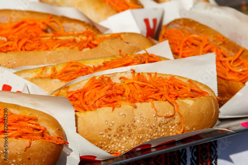 Fotografia  Fresh hot dogs with korean carrot. Fast food, street food