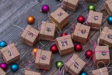 24 Dezember Adventskalender Mit Vielen Geschenken Und Pakten Und Weihnachtskugeln