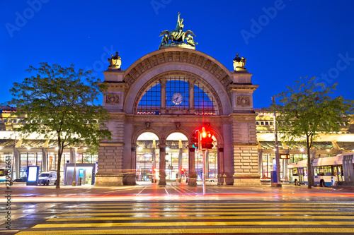 In de dag Donkerblauw Town of Lucerne old train station arch evening view