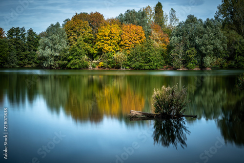 Photographie  Reflection of trees in lake at Ryton Pools Coventry
