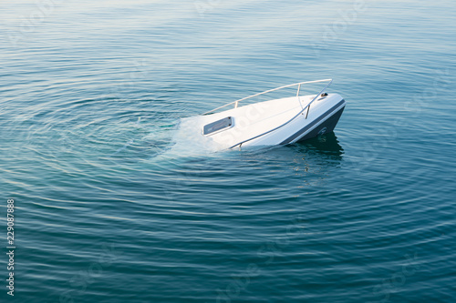 Photo sur Aluminium Naufrage Sinking modern large white boat goes underwater