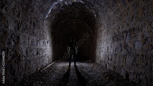 Fotografija  Misterio interior de túnel. Persona.
