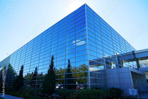 zamknąć się na zewnątrz nowoczesny budynek firmy z niebieskim szkłem
