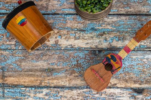 Fotografia  Venezuelan musical instruments, Cuatro and drum