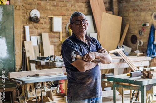 Photo  Portrait of senior carpenter