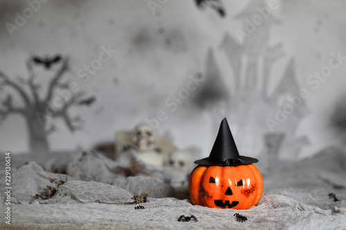 Fotografía Orange scary pumpkin with witch hat. Halloween background.