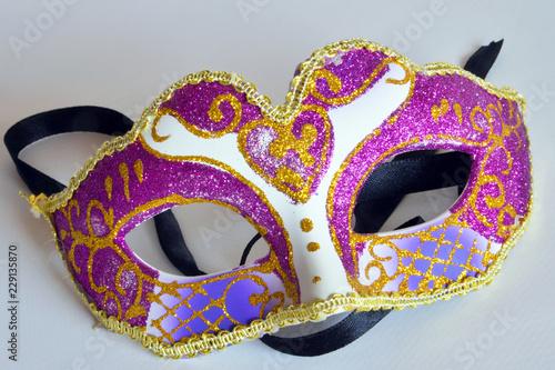 Maschera Di Carnevale Con Coriandoli Colorati Su Sfondo Bianco