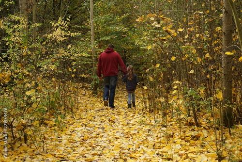 Canvas Print Vater geht mit Tochter im Herbst spazieren