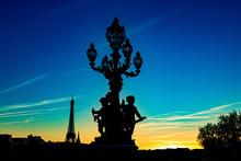 """France, Paris, Pont Alexandre III, 5 Octobre 2018: Coucher De Soleil Sur La Tour Eiffel, D'un Lampadaire Et De Statues """"ronde De L'amour"""""""