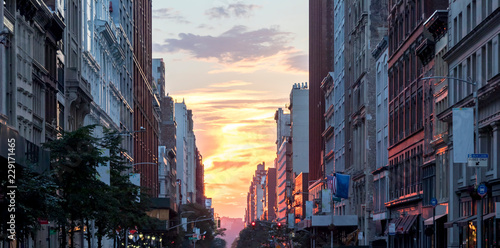 Spoed Foto op Canvas New York Colorful sunset between the buildings of Midtown Manhattan in New York City