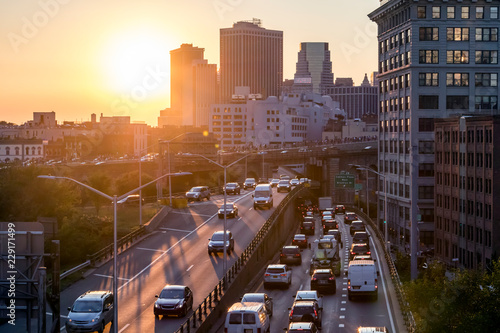 In de dag New York City View of rush hour traffic on the Brooklyn Queens Expressway in New York City with sunset light in background