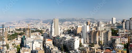 Naklejka premium Panoramiczny widok na zatłoczone budynki w centrum Bejrutu, Liban