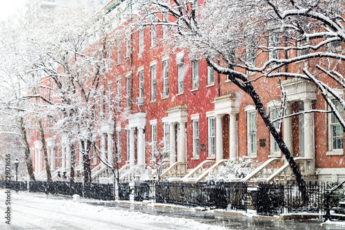 plakat Snowy winter street scene with historic buildings along Washington Square Park in Manhattan, New York City