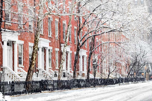 Poster Lieux connus d Amérique Snow covered sidewalks and buildings along Washington Square Park in Manhattan, New York City