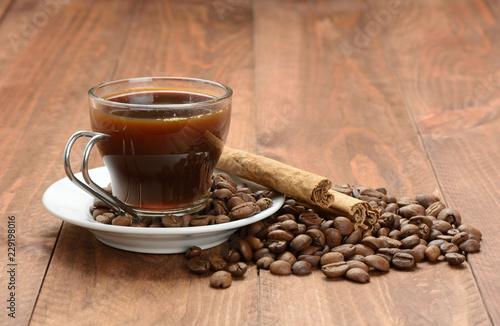 Staande foto Koffiebonen Café en una taza y café en grano