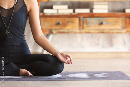 Poster Ecole de Yoga Slender asian yoga girl sitting in Lotus pose close up