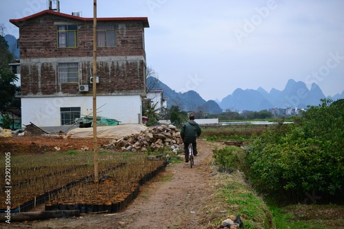 In de dag Guilin Bike tours and cycling to villages around Yangshuo, Guilin, Guangxi with beautiful karst landscape in China