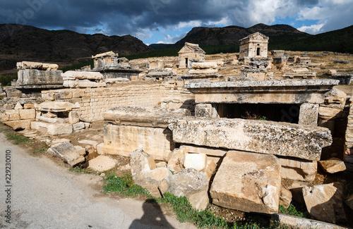 In de dag Rudnes Ruins of the largest antique necropolis in city Hierapolis in terrain of Turkey