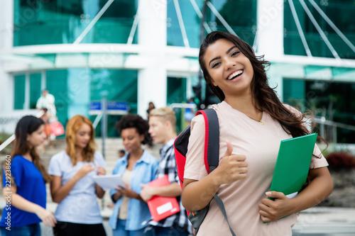 Foto  Studentin hat gerade Examen bestanden