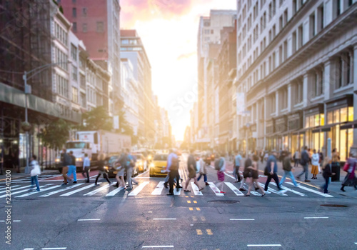 Fotografija Busy intersection of 23rd Street and 5th Avenue in Manhattan with crowds of dive