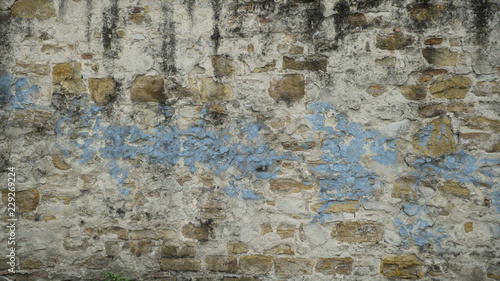 Poster Vieux mur texturé sale Background of old vintage brick wall with blue paint and peeling plaster