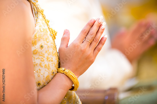 Photo Beautiful Asian girl to pay respect and praying Buddhism worshiping Buddha statue with faith