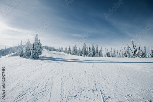 Foto op Canvas Wintersporten Groomed slopes at a ski resort.