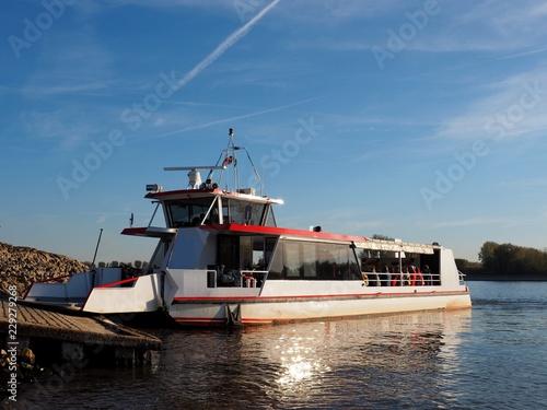 Personenfähre bei Bislich am Rhein