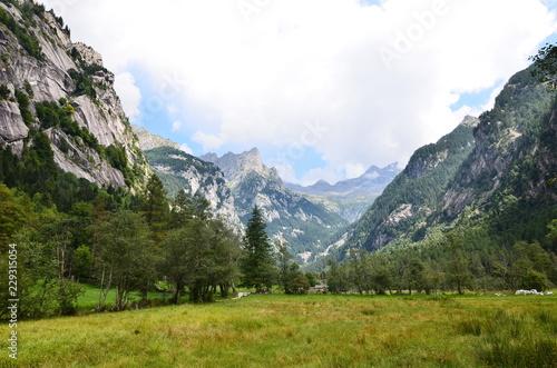 Photo  Val di Mello for climbers