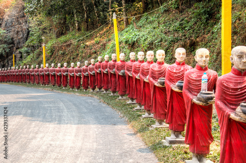 Spoed Fotobehang Japan Buddha statues at the Bayin Nyi cave in Hpa-An in Myanmar