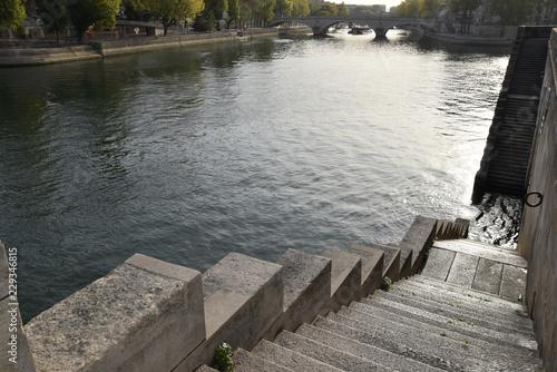 Fotografia  Escaliers en bord de Seine à Paris, France