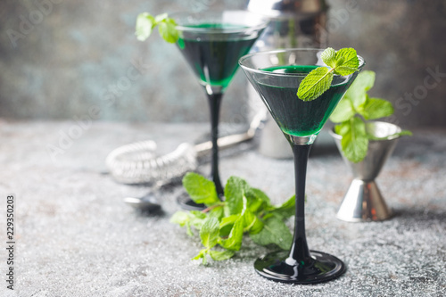 Tuinposter Cocktail Green cocktails in martini glasses