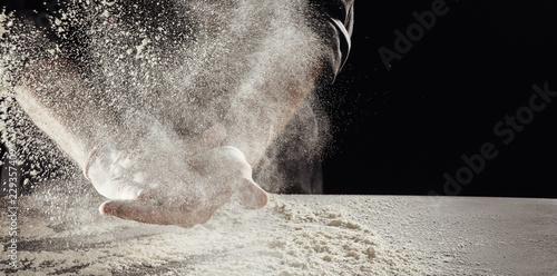 In de dag Bakkerij Cloud of flour caused by man cleaning off hands