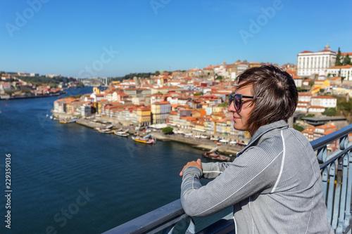 Foto  The girl on the bridge of San Luis in the Portuguese city of Porto