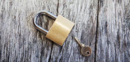 Photographie cadenas et clé sur fond de bois