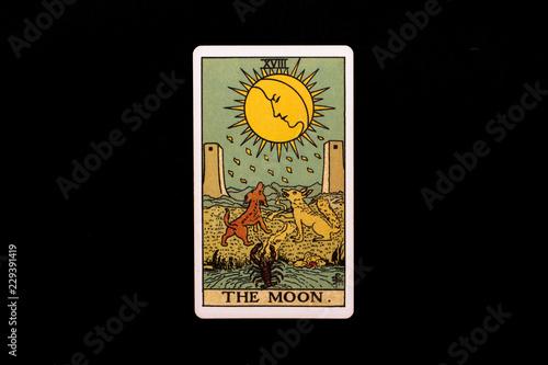 Foto An individual major arcana tarot card isolated on black background