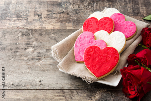 Photo  Heart-shaped cookies for Valentine's Day on wooden table