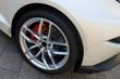 Reifen und Felgen eines modernen weißen Sportwagens. Rückseite des Fahrzeuges, Seitenansicht