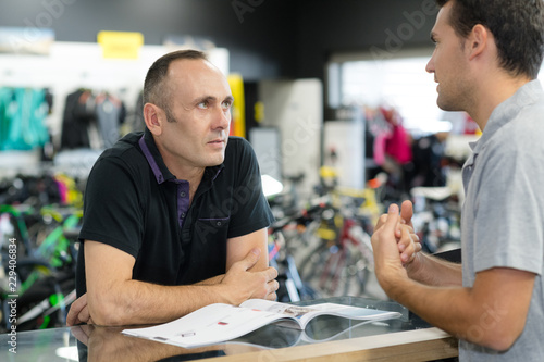 Fototapety, obrazy: men discussing in bicycle store