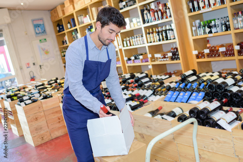 Fotomural wine merchant unpacking box of wine