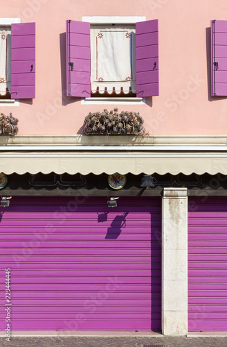 Foto  Pink and Purple on a Building Exterior