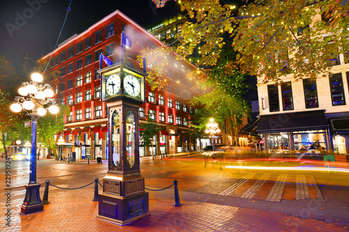 Fotografía  Night view of Historic Steam Clock in Gastown Vancouver,British Columbia, Canada