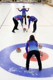 Fototapeta Kamienie - Curling. Mecz curlingowy. Młodzi ludzie na lodowisku.