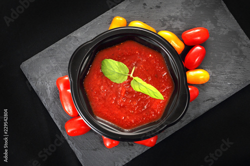 Zupa krem z pomidorów w pojemniku jednorazowym.