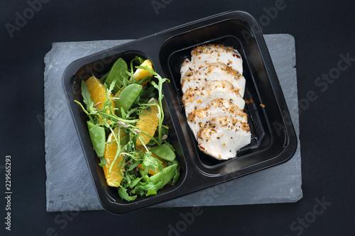 Fototapeta Potrawa obiadowa w diecie pudełkowej. Kurczak w ziołach z zieloną sałatką obraz